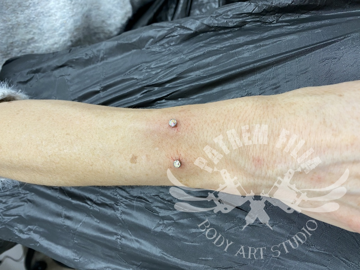 Microdermal in onderarm Piercings